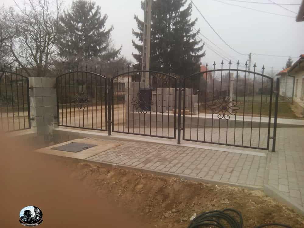 kapuk kerítések fémből és fából